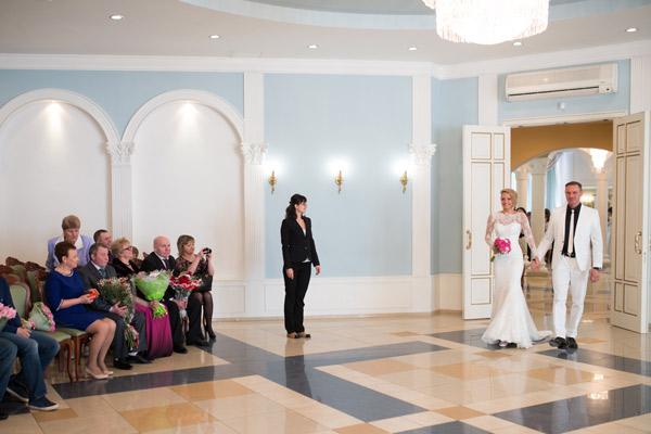 Когда Оксана и Роман вошли в зал, гости ахнули от восхищения