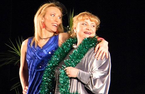 После премьеры спектакля «Мужчины по вызову» сначала забеременела Мария Болтнева (слева), а потом  Светлана Пермякова