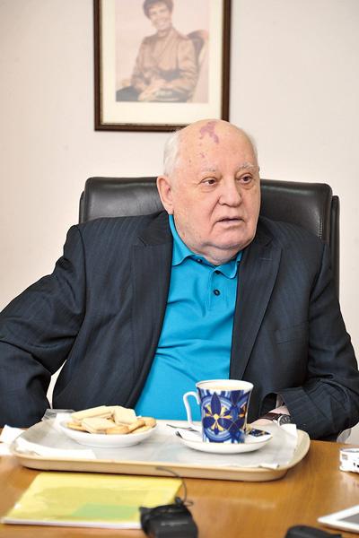 Экс-президент, как и прежде, ходит на работу почти каждый день. На фото – он в Горбачев-Фонде, 2015 год