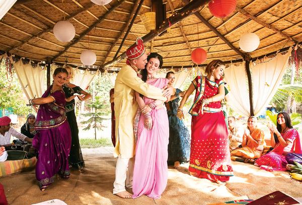 Свадьба была в индийском стиле: с песнями и танцами. Церемония проходила на берегу океана