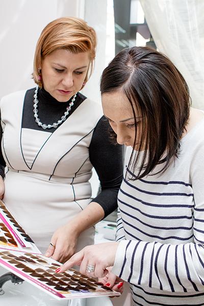 Мастер салона «Галина» Наталья показала Софье палитру подходящих ей цветов