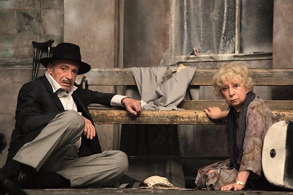 Лия Меджидовна и Валентин Иосифович на сцене «Современника» во время спектакля «Игра в джин», 2015 год
