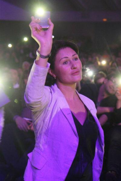 Супруга Леонидова, актриса Александра Камчатова, весь концерт подпевала мужу в танцпартере