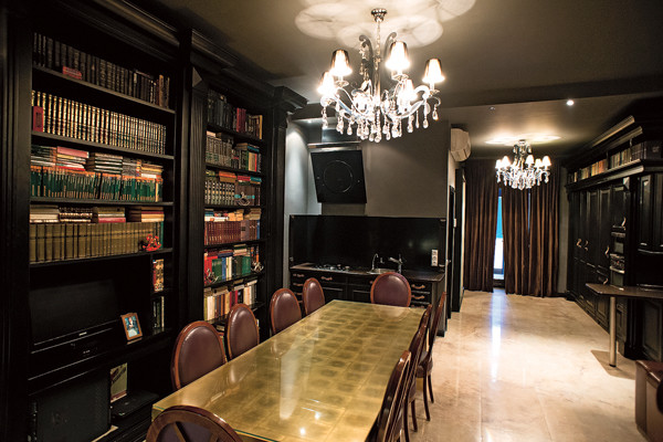 Стол для гостиной заказывали в Италии, он покрыт сусальным золотом