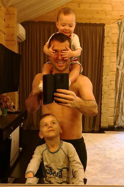 Александр часто публикует фотографии с сыновьями