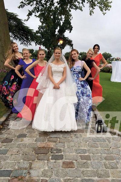 Подружки невесты напоминали яркие цветы