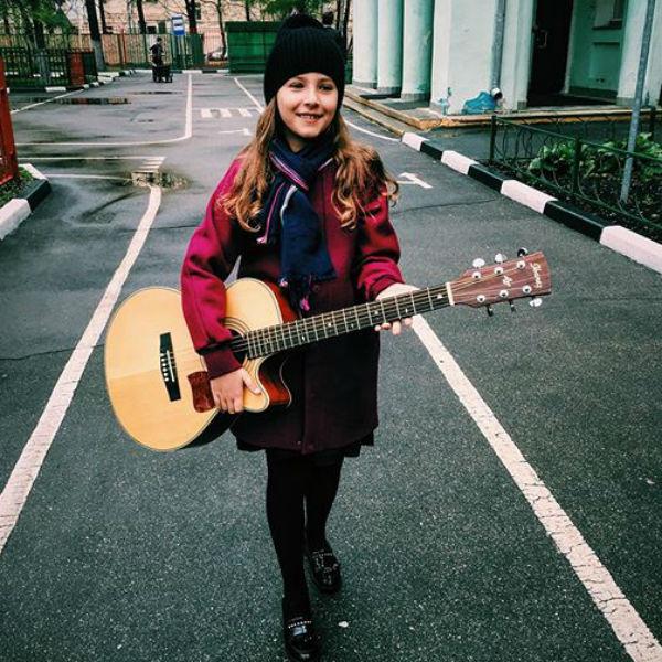 Дочь телеведущего приобщается к музыке