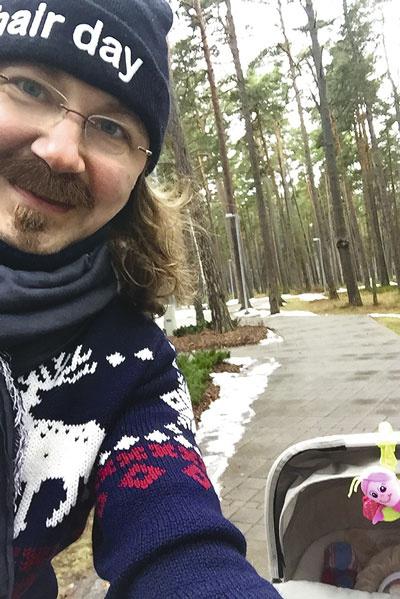 В Юрмале Игорь часами гуляет с маленькой дочкой по парку