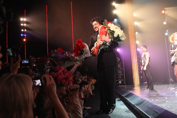 В этот день певца искупали в овациях и цветах