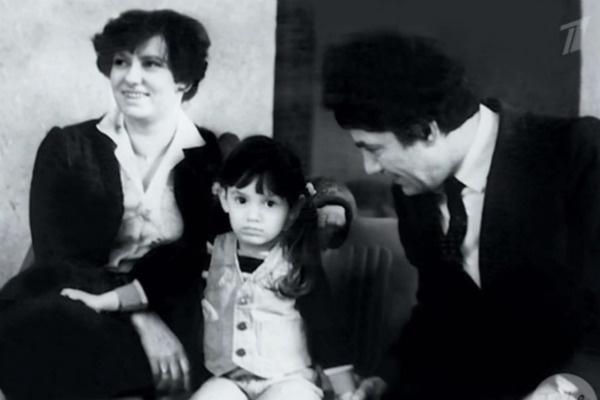 Карина с детства появлялась в театре, где работал отец
