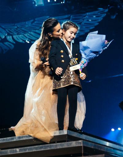 Дочь певицы София вышла на сцену поздравить маму
