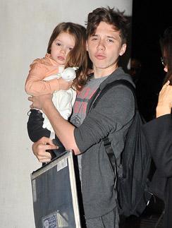 Старший Бруклин - первый мамин помощник. С сестричкой Харпер в аэропорту Лос-Анджелеса