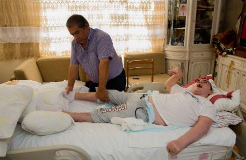 Зекерия делает сыну массаж дважды в день, каждый сеанс длится по три часа