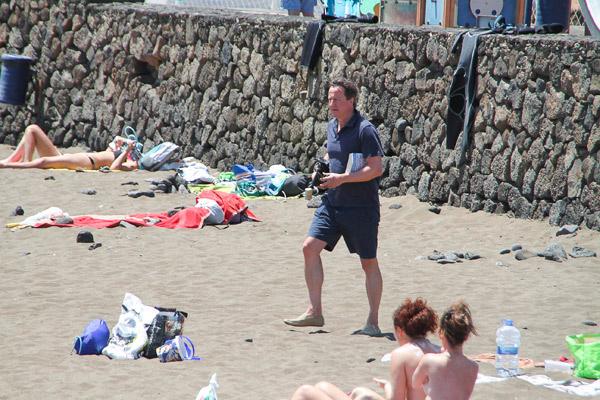 Британский премьер, как простой смертный, шагает на пляж, где подвергся нападению