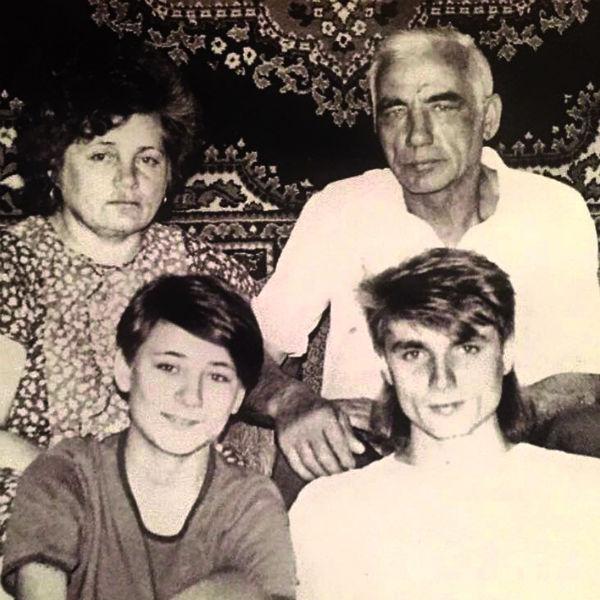 Артистка была особенно близка с братом Рамилем. О погиб летом 2010 года во время подводной охоты. С семьей, начало 1980-х