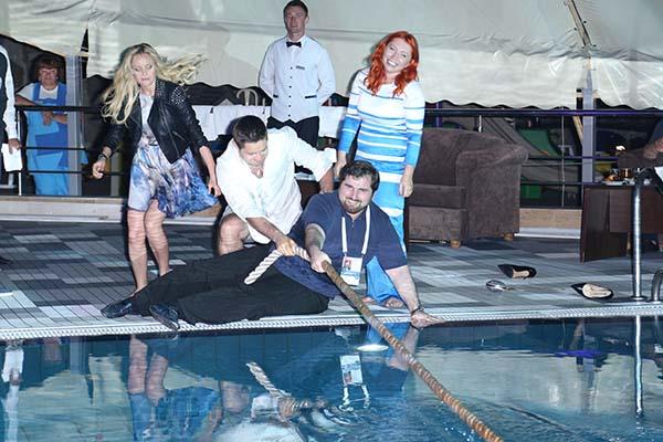 Анита вдохновила на новый конкурс - перетягивание каната через бассейн