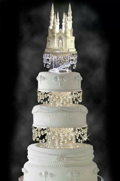 Торт для торжества будет в четыре уровням и украшен живыми цветами