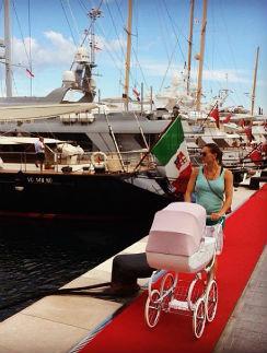 Елена на прогулке с Евой в Монако