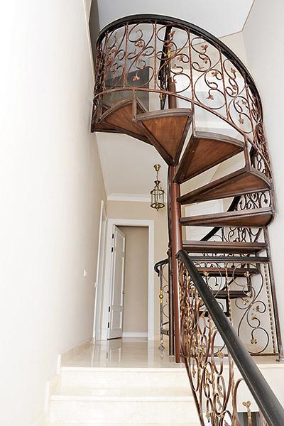 Одно из достопримечательностей дома - винтовая лестница, отделанная дубом