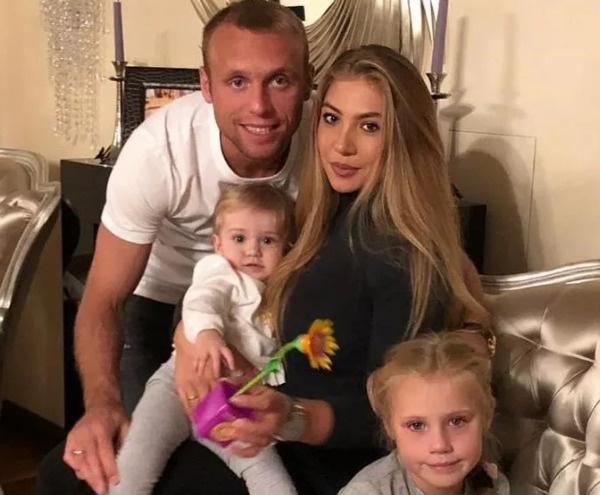 Дарья и Денис Глушаковы с дочерьми