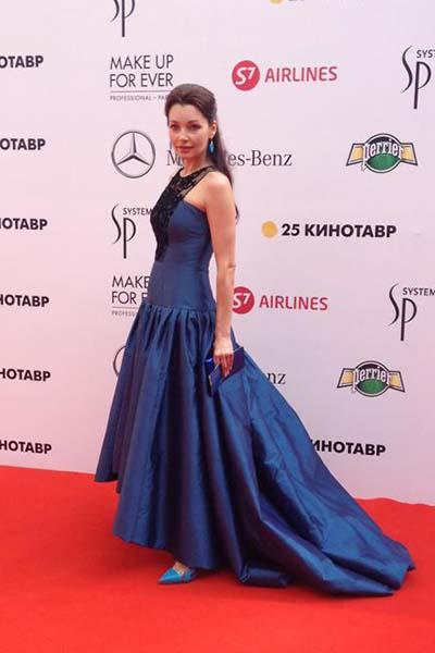 Наталия Антонова выбрала синее платье в пол