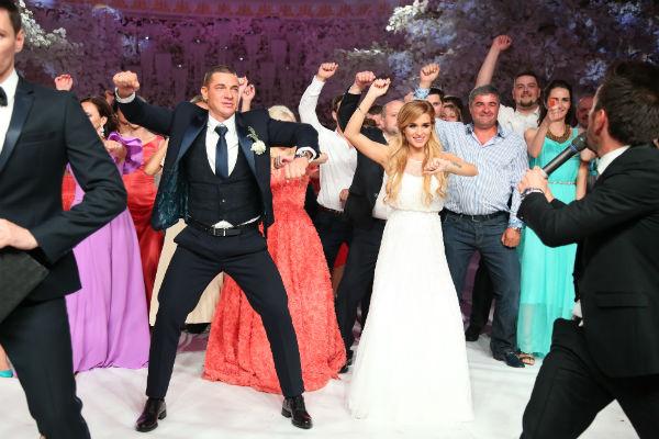Жених с невестой танцевали вместе с гостями под знаменитые хиты