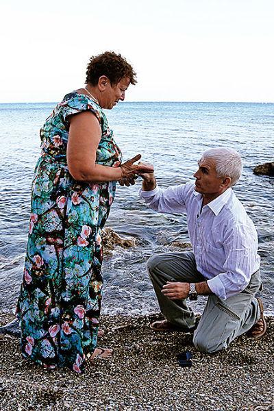 Сергей привез  любимой  великолепное кольцо