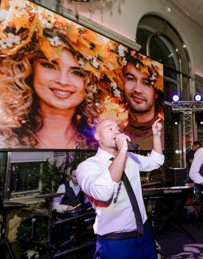 Ведущий посвятил супруге песню