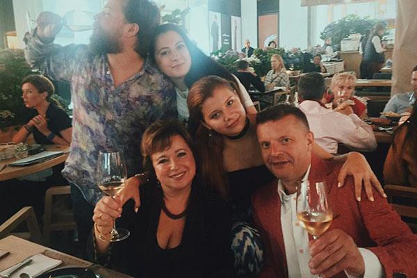 Елена Чекалова и Леонид Парфенов с детьми Машей, Иваном и невесткой Марией