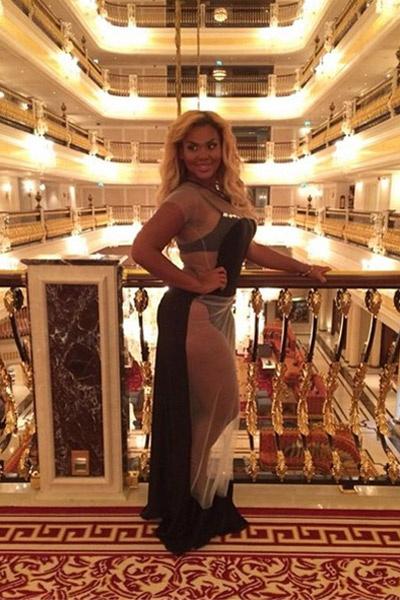Корнелия Манго в полупрозрачном платье