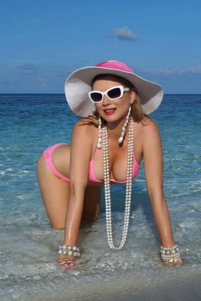 Лена Ленина не стесняется выбирать сексуальные бикини