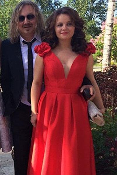 Игорь Николаев и Юлия Проскурякова на свадьбе у сына композитора Игоря Крутого. С помощью сборок Юлия маскирует свой животик