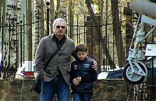 По словам окружения, 9-летний Костя очень привязан к отцу