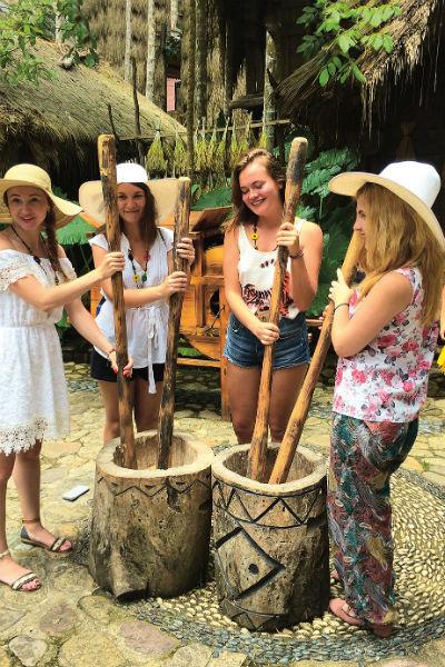 Представители племен ли и мяо с удовольствием демонстрируют народные ремесла и вовлекают в этот процесс туристов