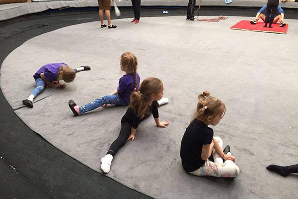 Девочки с удовольствием постигают азы циркового искусства