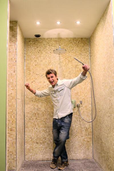 Вместо ванной ребята сделали просторную душевую
