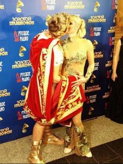 Успех на сцене Басков и Волочкова закрепили страстным поцелуем
