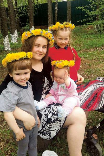 Старшая дочь, 16-летняя Лиза, помогает маме с младшими: Семеном, Клавой и Маргаритой