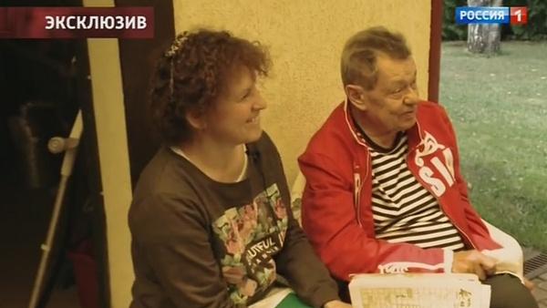 Николай Караченцов общается с близкими людьми