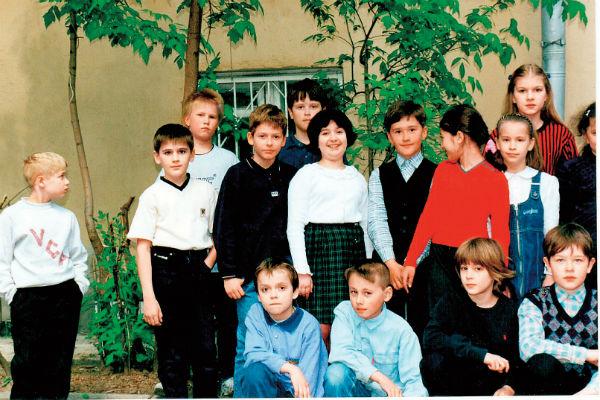 Ваня (в первом ряду второй справа) в начальной школе
