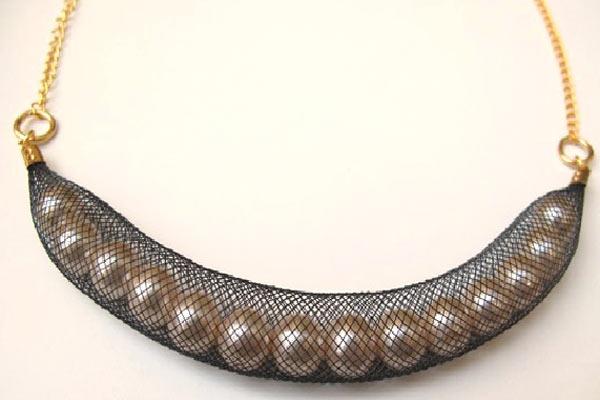 Ожерелье также отсылает к морской тематике. Сеть, которая окутывает жемчужины-это, как невод моряка
