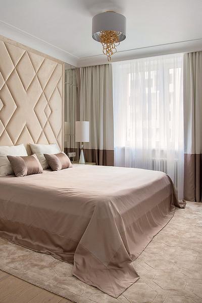 Светлые теплые оттенки спальни сразу настраивают на расслабление