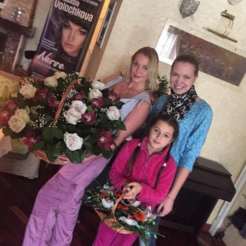 Анастасии Волочковой и ее дочери Арише вручили по корзине цветов