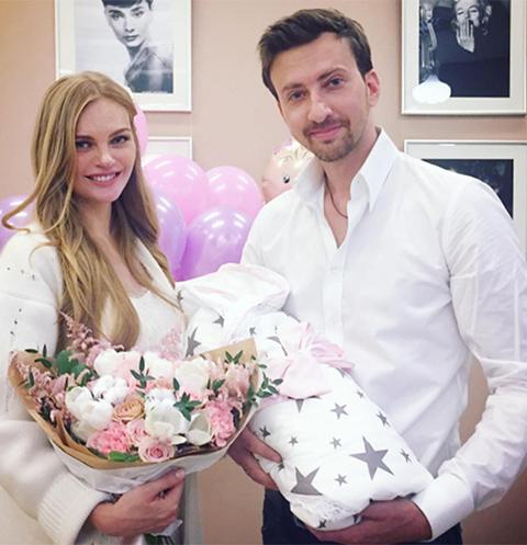 Елена Кулецкая, ее супруг Станислав Романовский и маленькая дочка Ника в момент выписки из клиники
