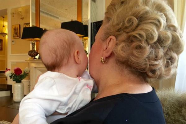 Маленькая Вероника на руках у бабушки Светланы Митрофановны
