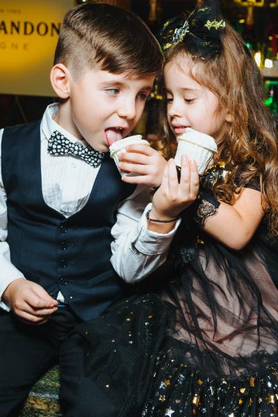 На празднике в ресторане «Облака» четырехлетние Игорь и Арис сразу подружились