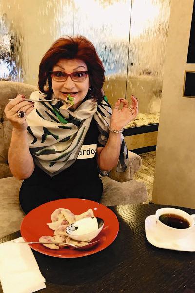 Иногда Елена Григорьевна может позволить себе расслабиться и съесть тарелку вареников