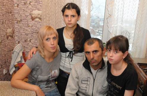 Беляева добилась признания материнских прав на обеих девочек. На фото Юля с Ирой, которую 12 лет считала родной дочкой, и Неймат с Аней. 31 октября 2011 год