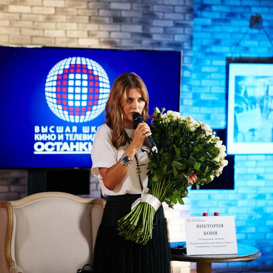 Виктория училась в Высшей Школе Кино и Телевидения «Останкино» по специальности «телерадиожурналистика»