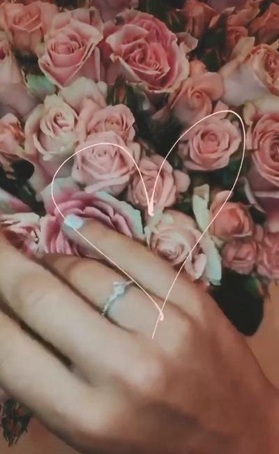 Подписчики Саши предполагают, что она помолвлена с бойфрендом